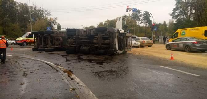 Тонни сої на дорозі: у Києві перекинулася вантажівка – фото