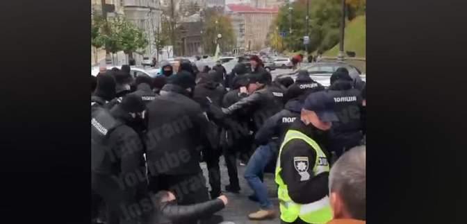 """У Києві """"євробляхери"""" перекрили Грушевського: почались сутички з поліцією – відео"""