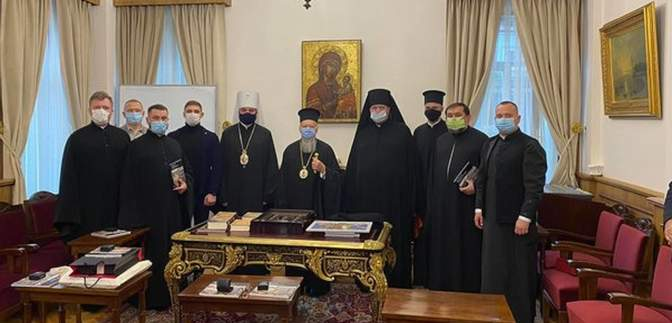 Делегация ПЦУ подарила Вселенскому патриарху Варфоломею вышиванку: фото
