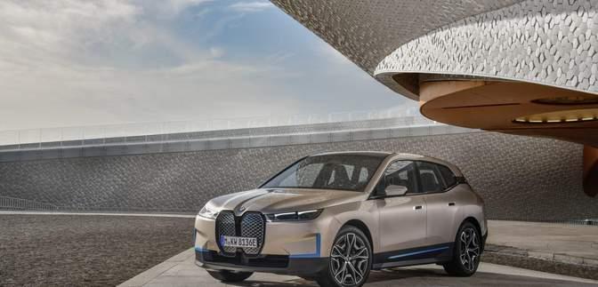 """500 """"лошадок"""" и 5G-модем: BMW представила электрокроссовер iX"""