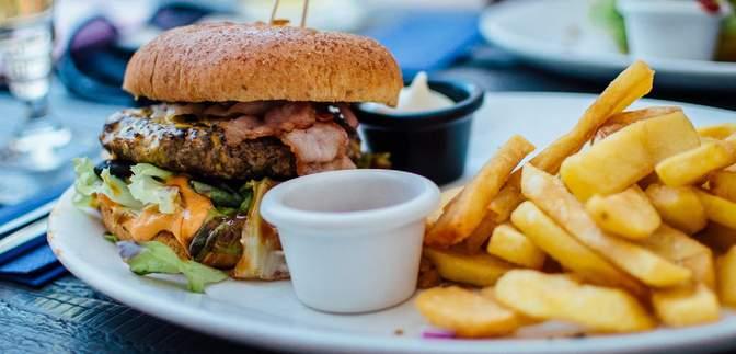 Для борьбы с ожирением: Великобритания полностью запретит рекламу вредной еды в интернете