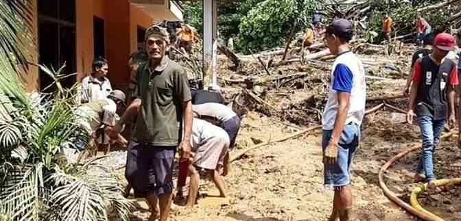 Індонезію накрили повені, що спричинили зсуви ґрунту: є загиблі – фото, відео