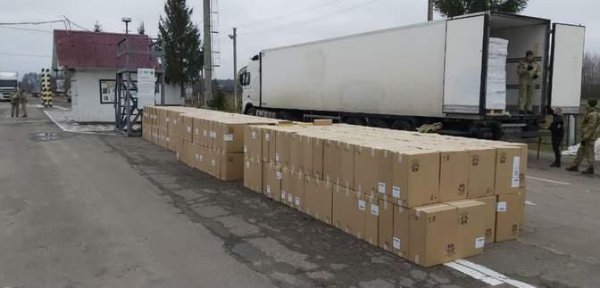 340 тысяч пачек сигарет в фуре с селедкой обнаружили на границе с Беларусью: фото, видео