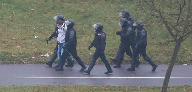 На протестах у Мінську нагадали про затриманих митців: вивісили плакати з їхньою творчістю