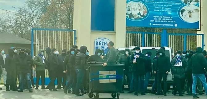 """Фанати """"Десни"""" прорвалися на територію стадіону та викинули директора в смітник: відео"""