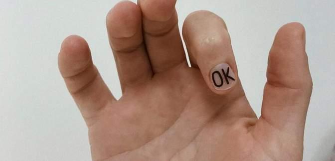 Не просто манікюр: у тренді знакові надписи, літери та логотипи на нігтях