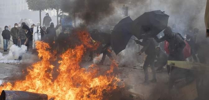 Около 100 полицейских пострадали во время протестов во Франции