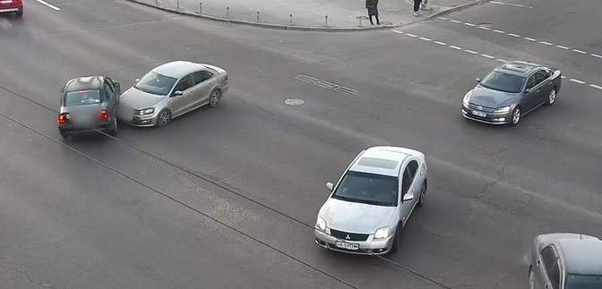 Нарушили оба: в Киеве возле Кардач столкнулись легковушки – видео