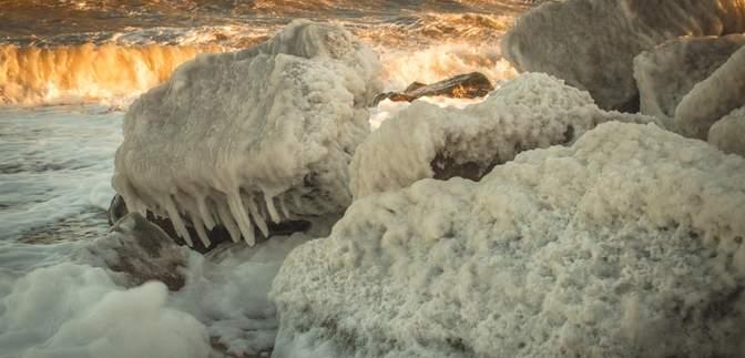 Кирилловку накрывает многометровыми волнами, а в Бердянске обледенел берег: фото, видео