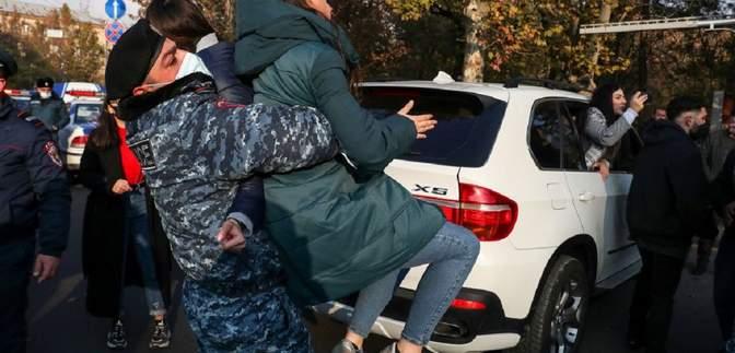 В Ереване на Марше достоинства возникли столкновения с полицией, есть задержанные: фото, видео