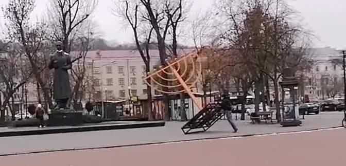У Києві поліція розшукала вандала, який повалив ханукію – відео
