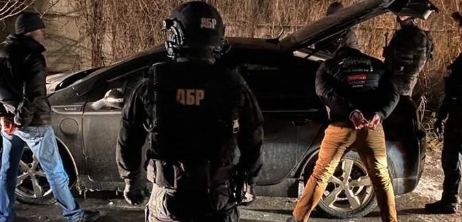 У Києві затримали 3 поліціянтів: шантажували чоловіка через бурштин