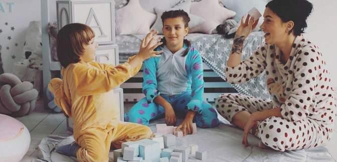 У розкішній сукні: Анастасія Приходько зачарувала різдвяною фотосесією з дітьми