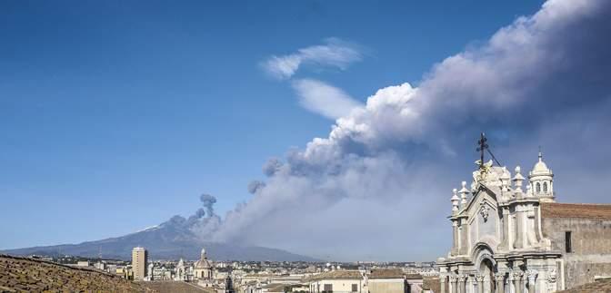 На Сицилії сталося виверження найвищого вулкана Європи Етна: вражаючі кадри