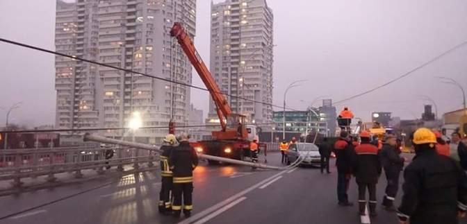 Поврежденные автомобили на Шулявском мосту: кто понесет ответственность