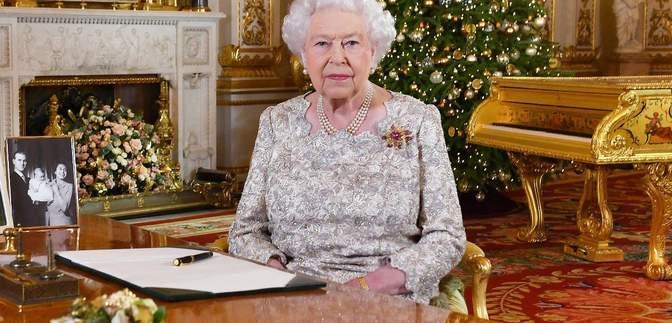 В голубом кардигане: Елизавета II показала элегантный образ на онлайн-встрече