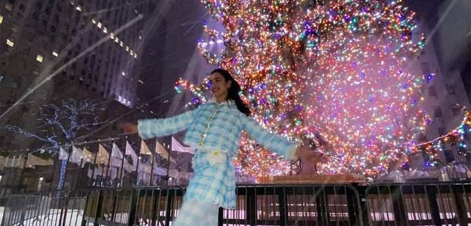 Счастливая Дуа Липа порадовалась снегу возле главной елки Нью-Йорка: сказочные фото