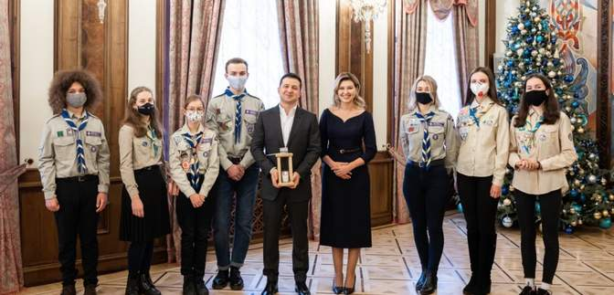 Зеленским передали Вифлеемский огонь: фото
