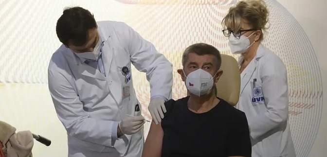 Лидеры Чехии и Словакии вакцинировались в прямом эфире: фото, видео
