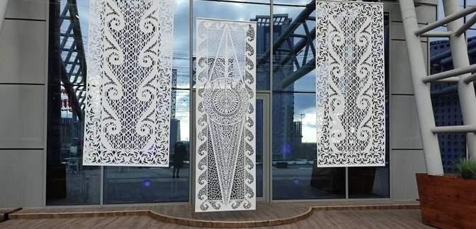 Самобутня виставка: у Києві представили гігантські витинанки – фото