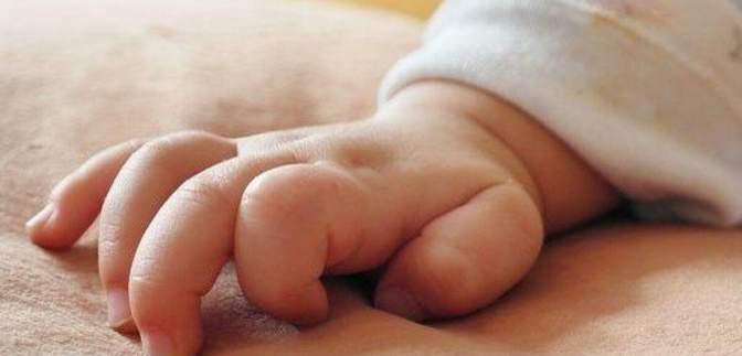 В Сумах мужчина оставил младенца возле больницы: полиция открыла дело