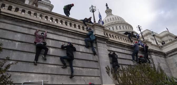 """""""Сміливіше"""": під час штурму Конгресу США було чути російську мову – відео"""