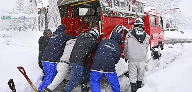 Сильные снегопады в Японии: тысяча автомобилей застряли в одной пробке – фото
