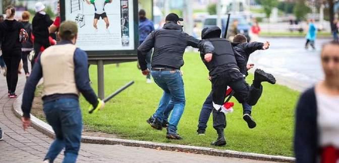 Белорусы продолжают протестовать: силовики за выходные задержали десятки людей