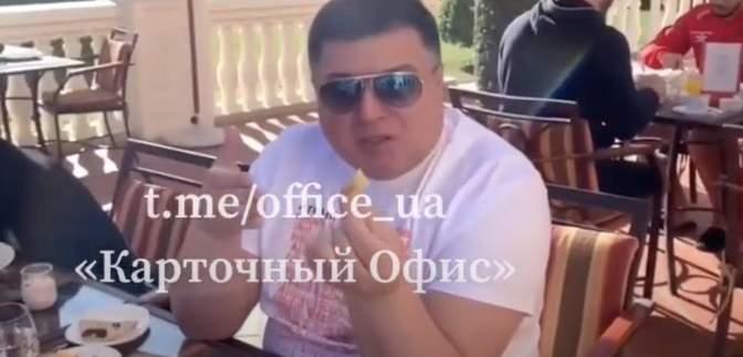 """Тупицкому в отеле в Дубае на стол бросили """"материальную помощь"""": видео"""