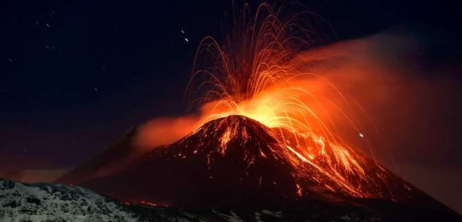 Небезпечна краса Етни: у мережі шириться відео виверження найбільшого вулкана Європи