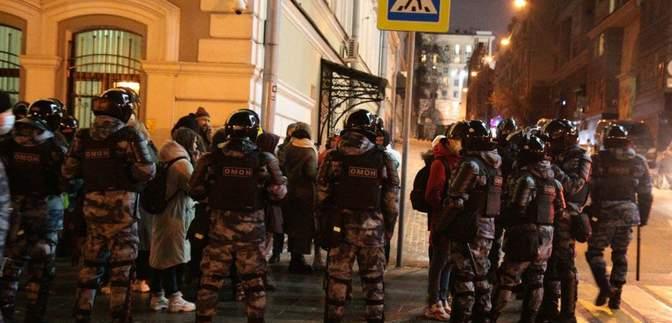 Кийки та електрошокери: силовики жорстоко розганяють акції протесту у Росії – відео