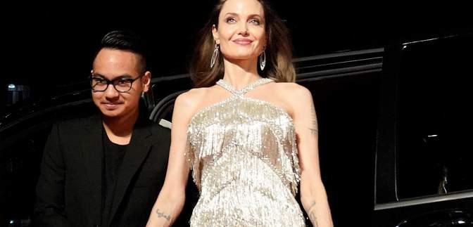 Старший сын Анджелины Джоли показал большую татуировку кобры на торсе: фото
