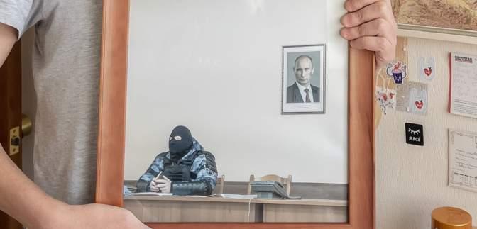 У Росії на аукціоні продали знімок ОМОНівця з портретом Путіна: ціна вражає