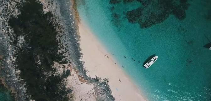 33 дні виживали завдяки щурам та кокосам: з безлюдного острова врятували 3 людей – фото та відео
