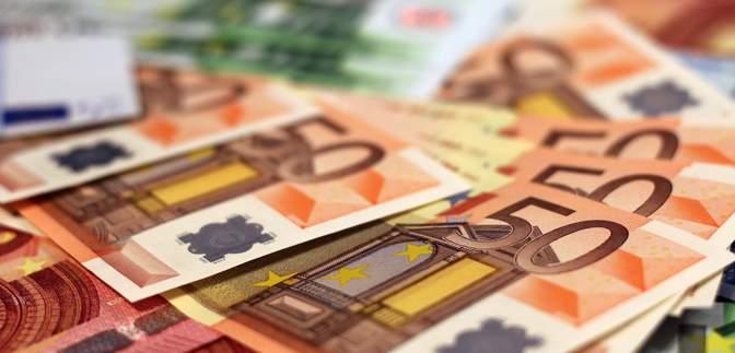 Наличный курс на 12 февраля: доллар немного вырос, а евро – упало