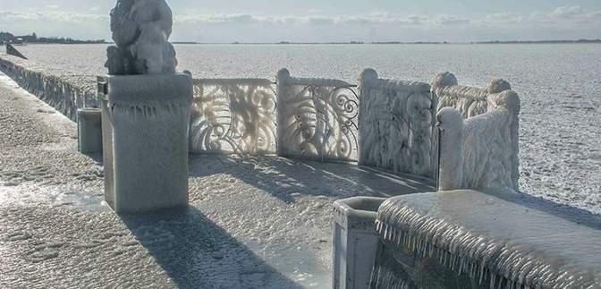 Полностью покрыло льдом: шторм превратил набережную Бердянска на зимнюю сказку – красивые фото