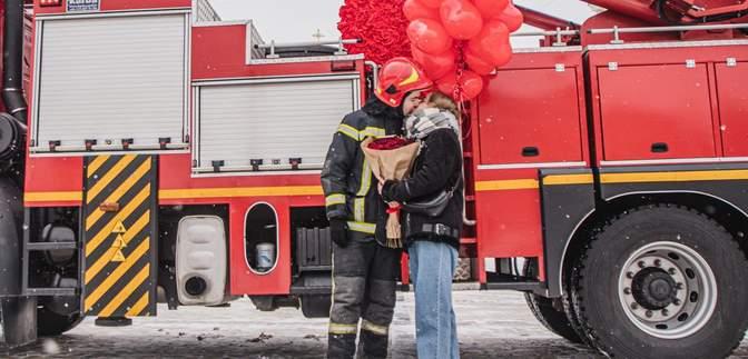 Пожарный в Киеве сделал предложение любимой в День Валентина: фото