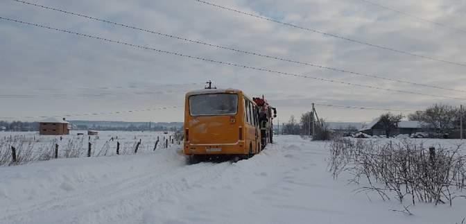 На Буковине школьный автобус с детьми застрял в сугробе: фото