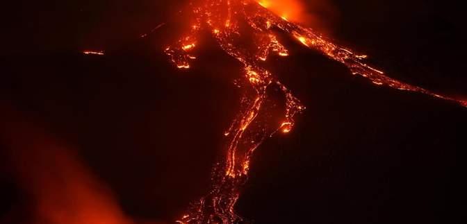 Этна засыпать не собирается: невероятные фото и видео извержения вулкана