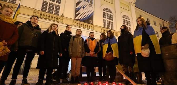 Со щитами и файерами: во Львове воссоздали события Революции Достоинства – впечатляющие фото