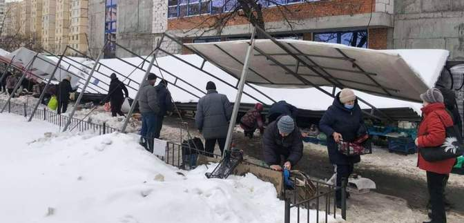 На стихійному ринку у Києві навіс впав на людей: фото