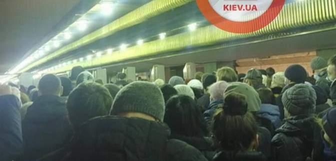 Через закриття входу: у метро Києва утворилася жахлива тиснява – відео