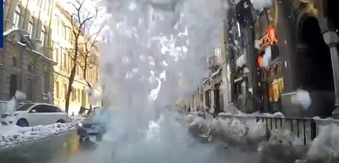 Во Львове снег разбил несколько авто: кто виноват и как получить компенсацию – видео