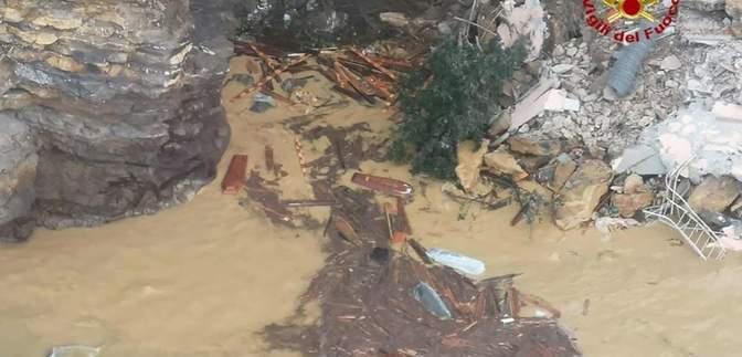 В Італії у море зсунулось кладовище: під водою 200 трун – відео