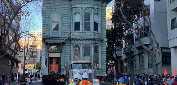У США вантажівка перевезла 2-поверховий будинок на нову адресу: фото, відео