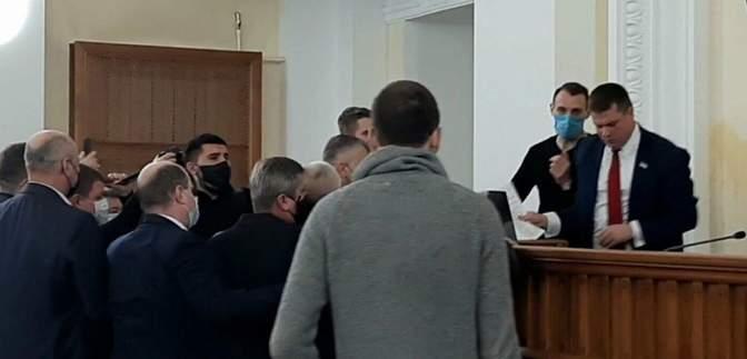 Назвав Революцію Гідності державним переворотом: у Харкові виштовхали депутата з трибуни – відео