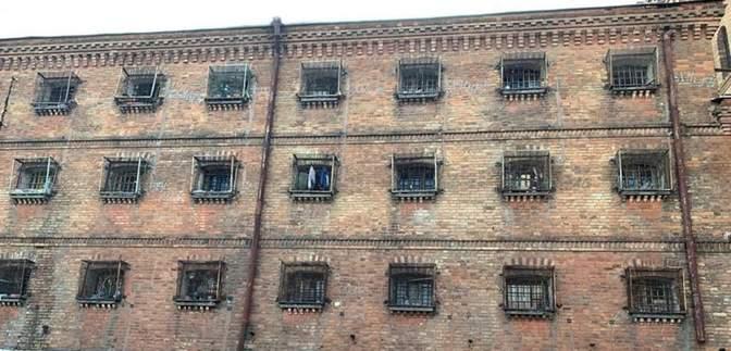 Обдерті стіни та брудні коридори: як виглядає СІЗО, в якому перебуває Стерненко – фото