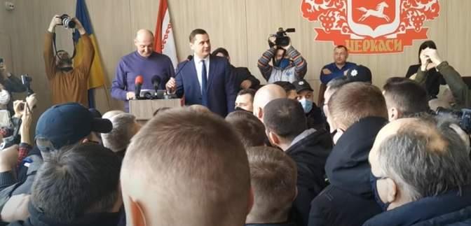 Тролінг у Черкаській міськраді: депутати синхронно перекладали свого колегу з ОПЗЖ – відео