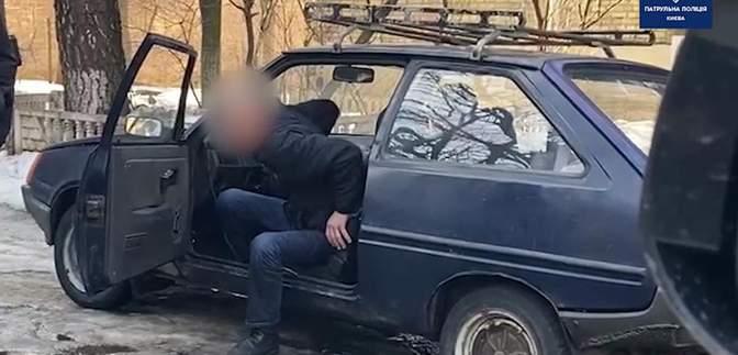 Ледве затримали на ногах: у Києві патрульні спіймали вкрай нетверезого водія – відео