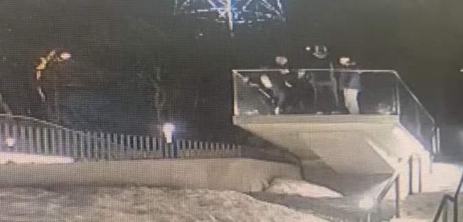 Вгатив з розбігу ногою: хлопець розбив частину Меморіалу Небесної Сотні у Львові